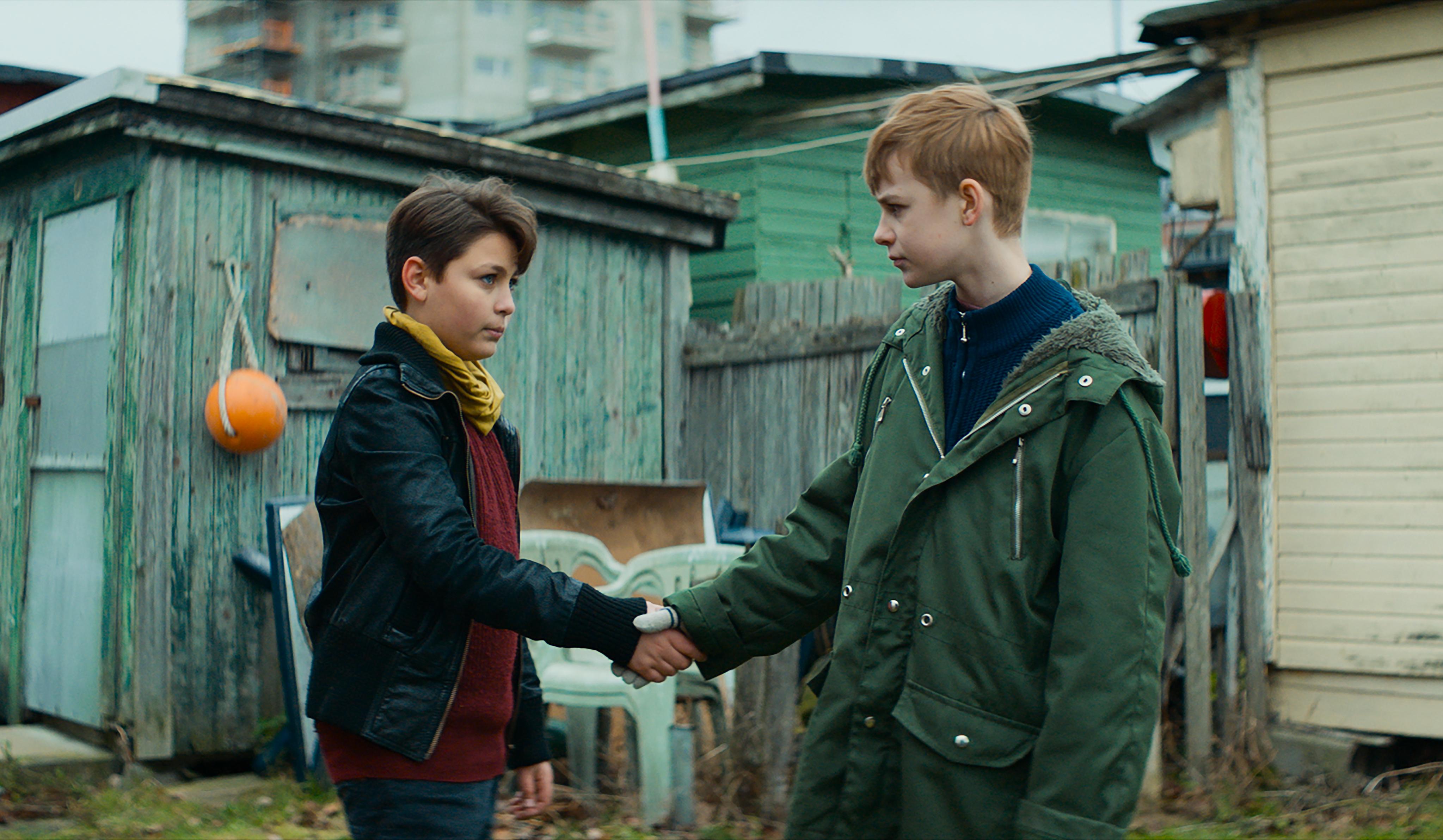 """Emilio Silva som Omar och Loke Hellberg som Matle i """"Krig"""". Foto: Folkets bio."""